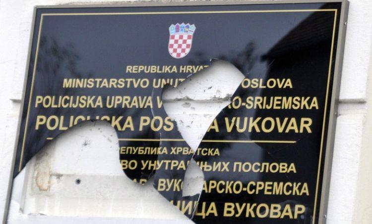 Jer Hrvatsku se voli kamenjem, u neposrednoj bilizini policijske postaje